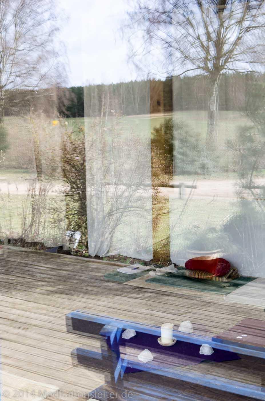 Blick in den Meditationsraum in Zempow ~ Spiegelung im Terassen-Fenster