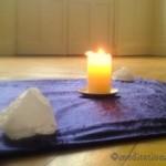 Meditationsmitte mit Kerze und Kristall